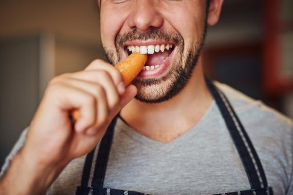 Un chico comiendo zanahoria
