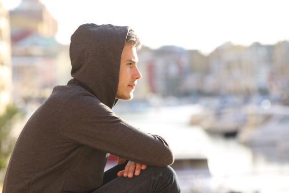 Chico joven mirando al horizonte, millenial