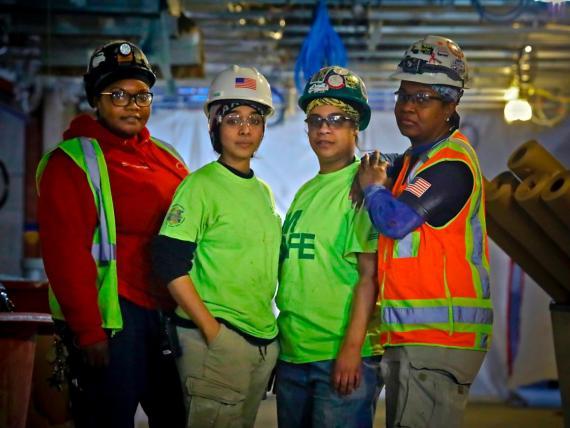 Tranajadoras de la construcción construyen un nuevo edificio en la ciudad de Nueva York.