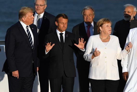 El presidente de los Estados Unidos, Donald Trump, el presidente de Francia, Emmanuel Macron, y la canciller alemana, Angela Merkel, durante la cumbre del G7 en Biarritz (Francia).