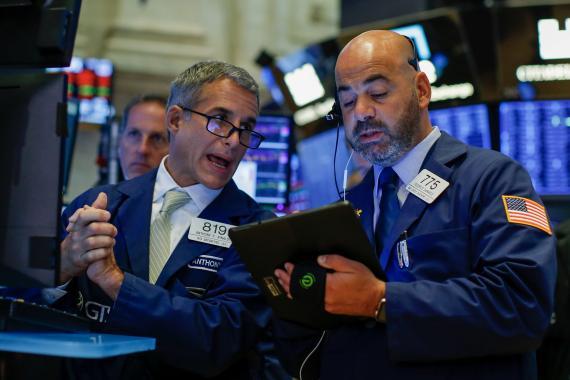 Dos traders repasan la sesión en Wall Street