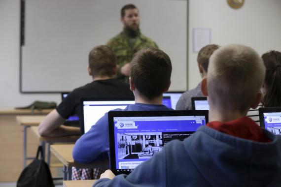 Estudiantes en una clase de ciberseguridad.