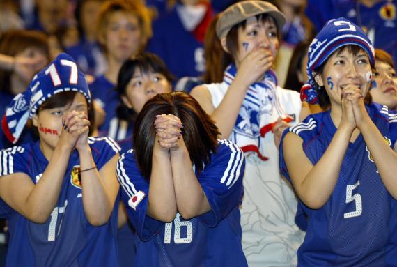 Un grupo de aficionadas japonesas anima al equipo de fútbol.