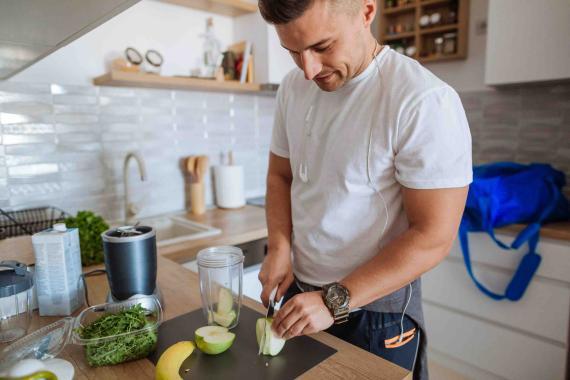 Hombre preparando zumo de frutas.