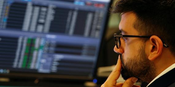 Un inversor mira preocupado la situación de los mercados