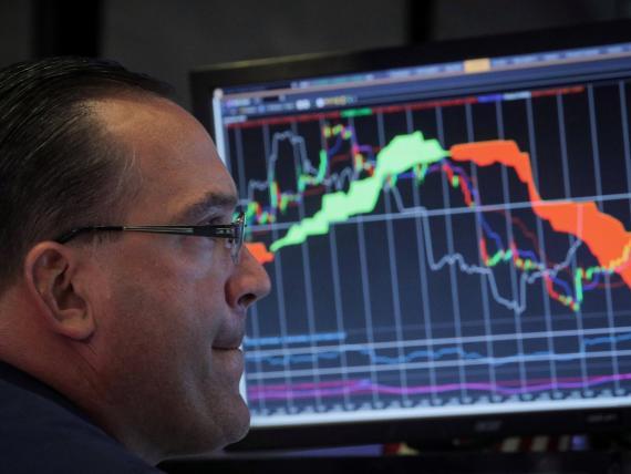 Un inversor observa la evolución de los mercados en una gráfica