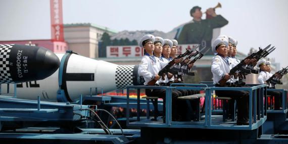 Vehículos militares transportan misiles durante un desfile militar en Corea del Norte.