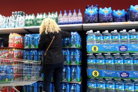 Una mujer haciendo la compra en Mercadona.