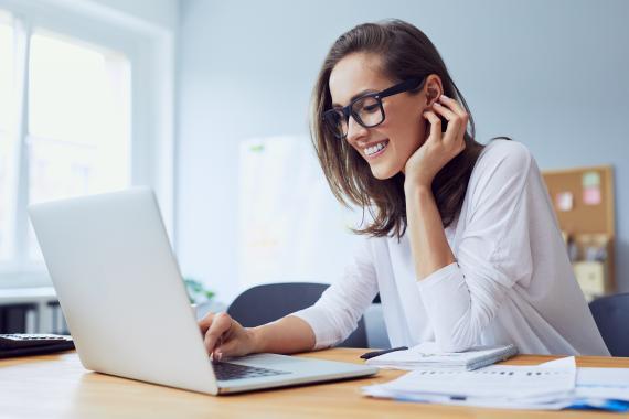 Mujer joven delante del ordenador