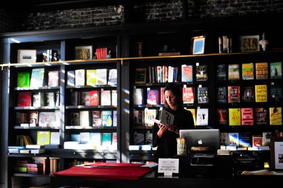 mujer leyendo librería, libros. Leer