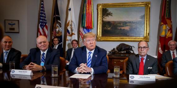 El presidente Donald Trump en una reunión con ejecutivos de la industria del automóvil en la Sala Roosevelt de la Casa Blanca.