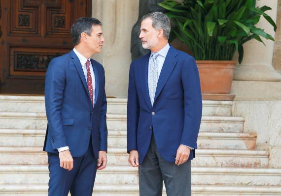 El presidente del Gobierno en funciones, Pedro Sánchez, junto al rey Felipe VI.