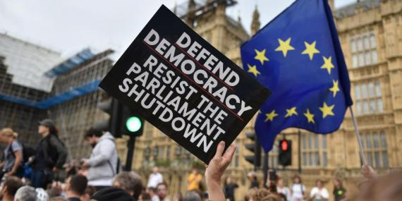 Manifestantes se reúnen cerca del Parlamento británico.