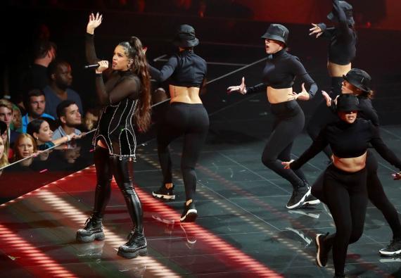 Rosalía durante su actuación en la gala de los 2019 MTV Video Music Awards .