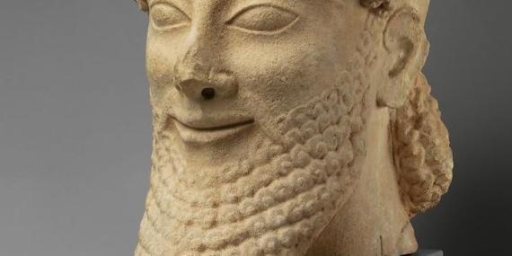 Una cabeza de piedra caliza sonriente del último cuarto de siglo del VI A.C.