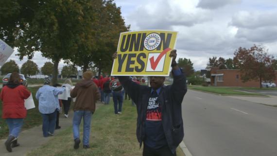 Un trabajador de Fuyao exige un sindicato para la plantilla.