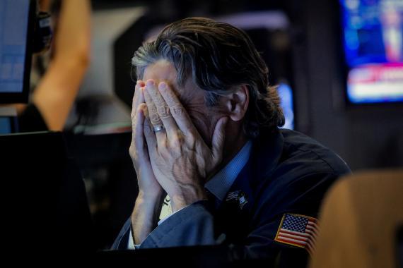 Trader desolado ante el último desplome de Wall Street.
