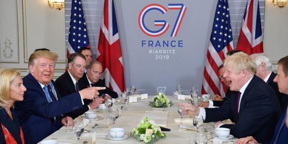 Donald Trump y Boris Johnson en un desayuno de trabajo en Biarritz, en el marco de la cumbre del G7.