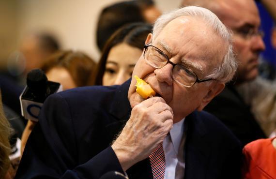 Warren Buffett se toma un helado antes de una junta de accionistas de Berkshire Hathaway.
