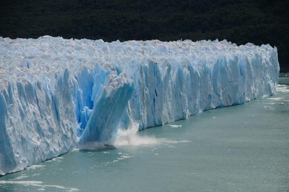 Casquete de hielo derritiéndose y cayendo al mar