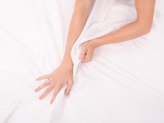 El conocimiento común sugiere que si una mujer puede encontrar su punto G, puede tener orgasmos fuera de este mundo sin ningún otro estímulo.