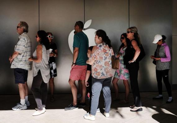 Clientes haciendo cola en un Apple store.