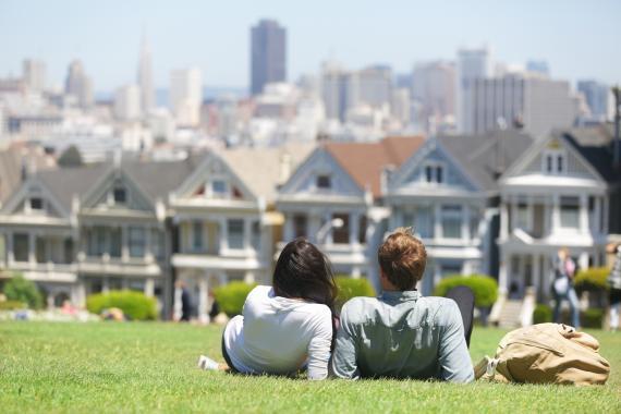 Una pareja frente a Las Damas Pintadas en Alamo Square, San Francisco.