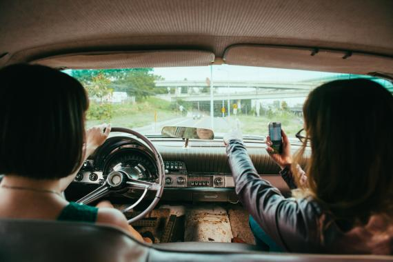 Dos mujeres conduciendo un coche vintage