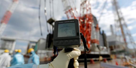 Un contador geiger mide un nivel de radiación de 54,0 microsievert por hora cerca de los edificios de los reactores No.2 y No.3 de la central nuclear de Fukushima.