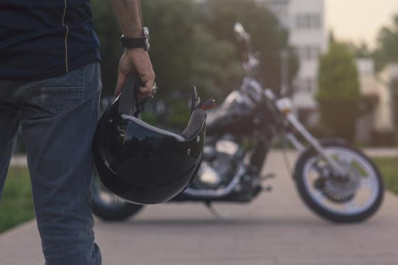 Hombre con casco yendo a su moto