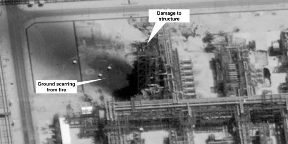 Esta imagen proporcionada el domingo 15 de septiembre de 2019 por el gobierno de Estados Unidos y DigitalGlobe y confirmada por la fuente, muestra daños en la infraestructura del campo petrolero Kuirais de Saudi Aramco en Buqyaq, Arabia Saudí.