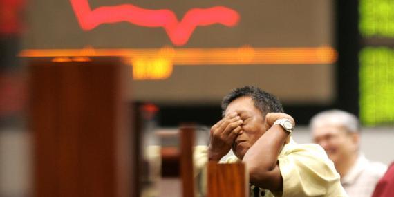 Un inversor se muestra preocupado ante la evolución de la bolsa