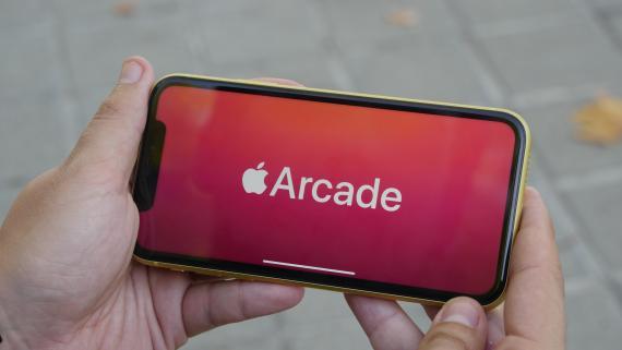 Un iPhone 11 usando Apple Arcade