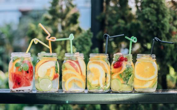 limonada y otras bebidas de agua con frutas
