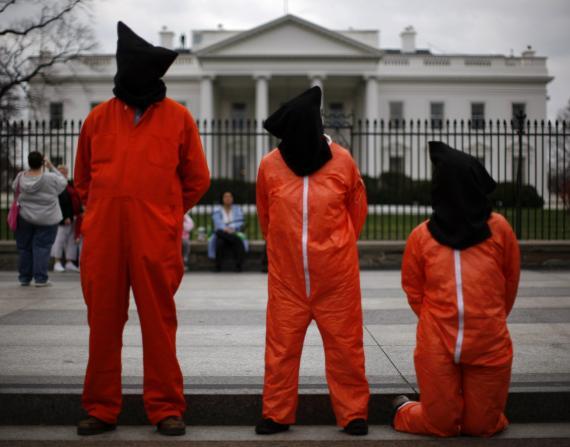 Manifestantes vestidos como prisioneros de la Bahía de Guantamo se manifiestan frente a la Casa Blanca en una fotografía de archivo.