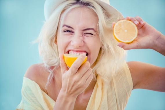 mujer comiendo limón