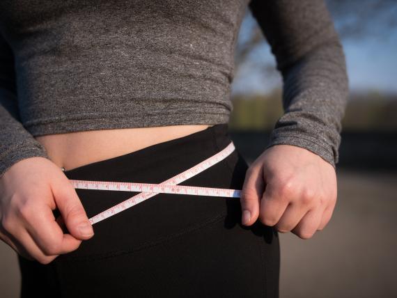 mujer haciendo ejercicio, vientre plano, tripa