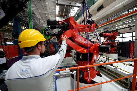 Un operario con un robot industrial.