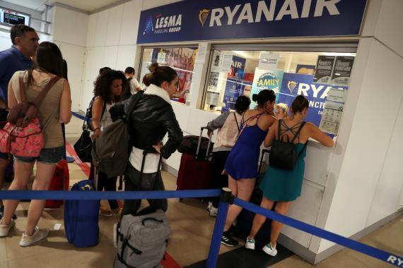 Pasajeros reclaman ante un mostrador de Ryanair