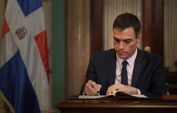 Pedro Sánchez firmando un documento