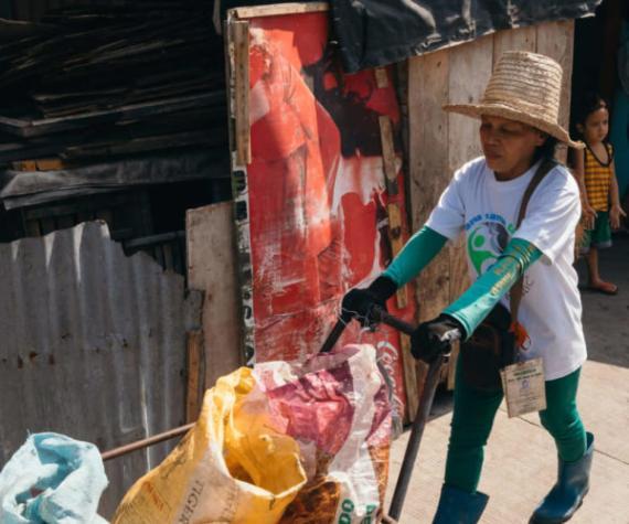 Una recolectora de Plastic Bank