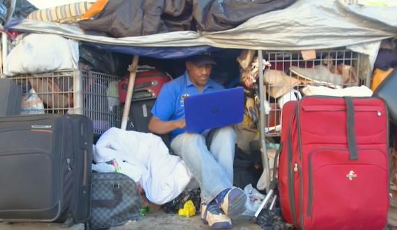 Shawn Pleasants, de 52 años de edad, entre sus pertenencias en las calles de Los Ángeles