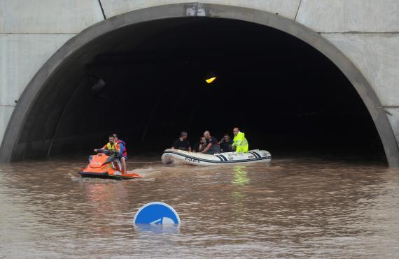 Trabajadores de rescate embarcados en un tunel inundado por la DANA.