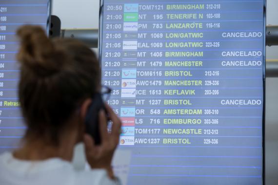 Una turista mira los vuelos de Thomas Cook cancelados en el aeropuerto de Las Palmas