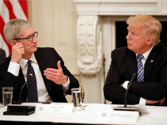 El CEO de Apple, Tim Cook y el Presidente de los Estados Unidos,Donald Trump.