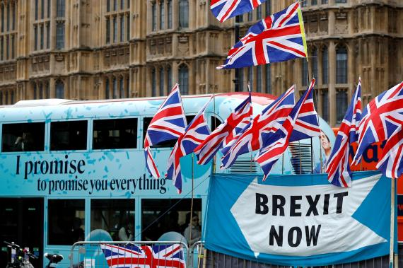 Un autobús pasa tras un una pancarta a favor del Brexit en Londres