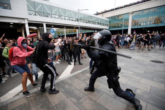 Cargas en el aeropuerto de Barcelona tras la sentencia del procés