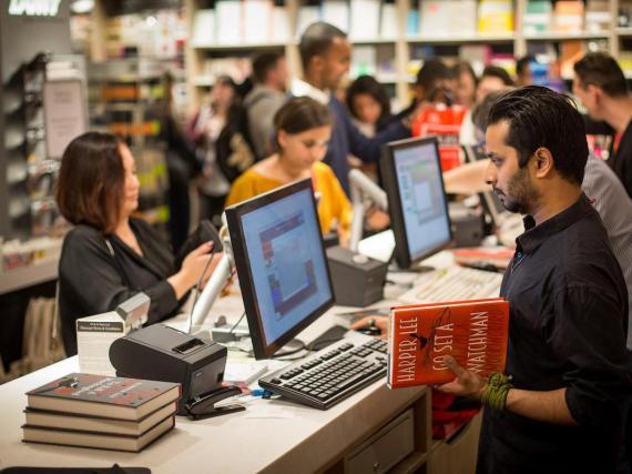 Gente comprando en una librería