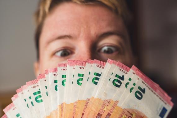 Cómo identificar billetes falsos de 10 euros