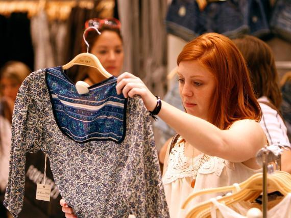 Una clienta compra durante la gran apertura de una tienda 'flagship' de Forever 21 en Nueva York